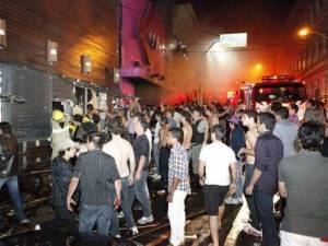Momentos em que populares já encontravam-se fora do estabelecimento e o corpo de bombeiros tentava conter as chamas.